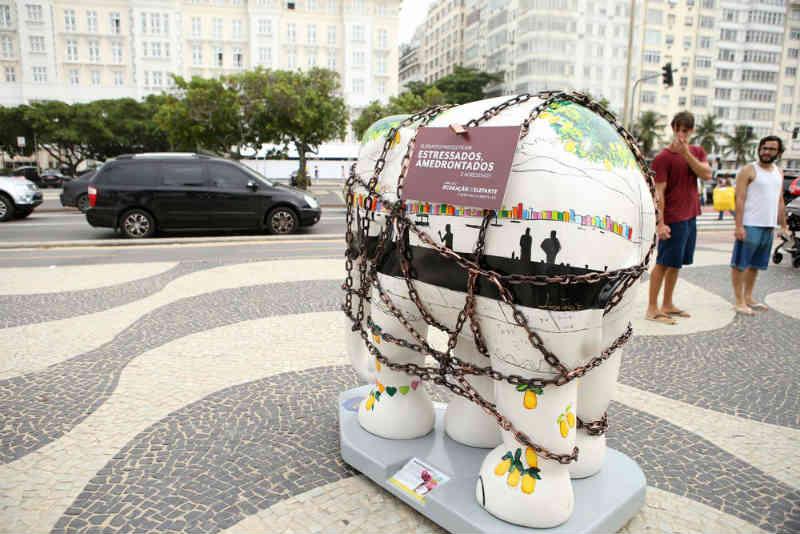 Ruas do Rio recebem esculturas de elefantes acorrentados em protesto contra maus-tratos dos animais