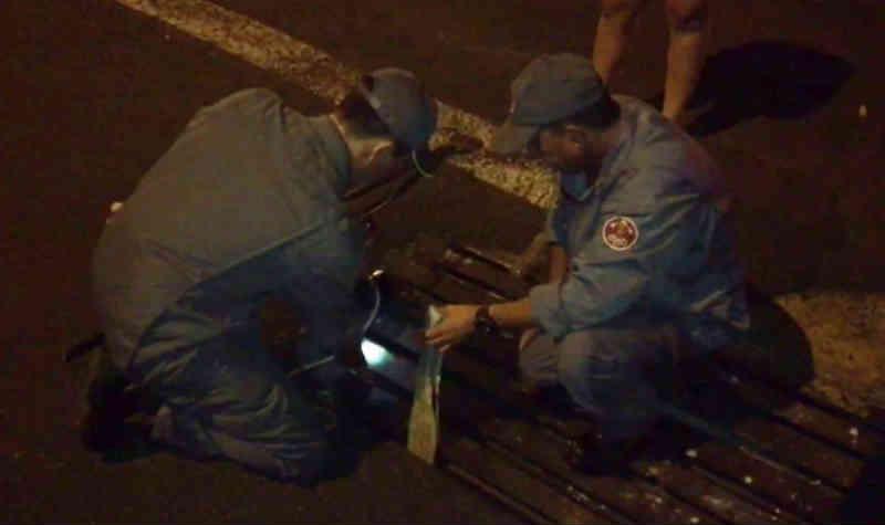 Bombeiros tentam resgatar filhote de gato que caiu dentro de bueiro em Bálsamo, SP