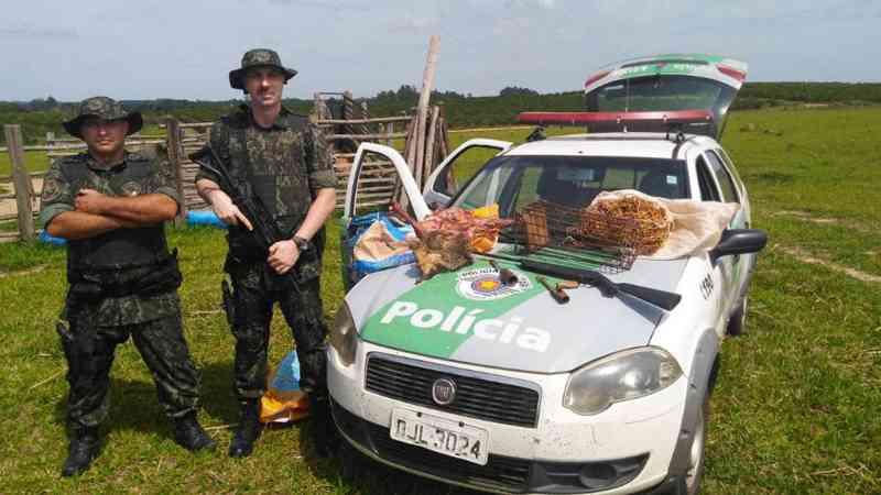 PM Ambiental faz prisão por caça, porte ilegal de arma e maus-tratos contra animais em Botucatu, SP