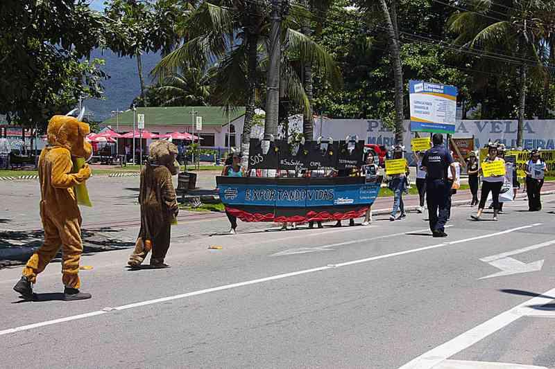 Portando faixas e cartazes, manifestantes caminham pela principal avenida de São Sebastião Foto: Reginaldo Pupo