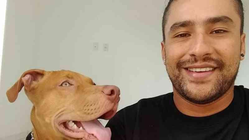 Homem que obrigou cão a comer as próprias fezes aparece em novos vídeos agredindo o animal; assista