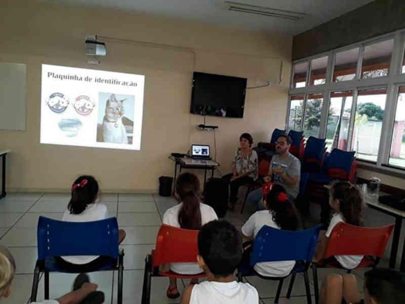 Protetores da ASA falam sobre adoção responsável para a criançada, em Catanduva, SP