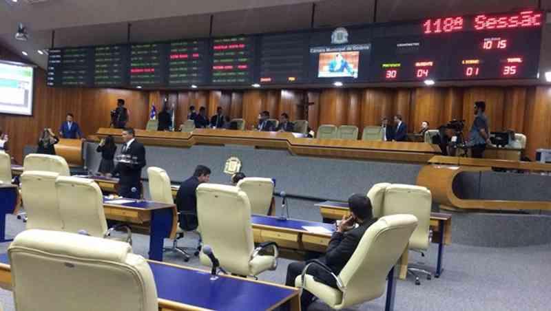 Contra bem-estar de idosos e animais, prefeito Iris Rezende (MDB) veta proibição ao uso de fogos com barulho em Goiânia, GO