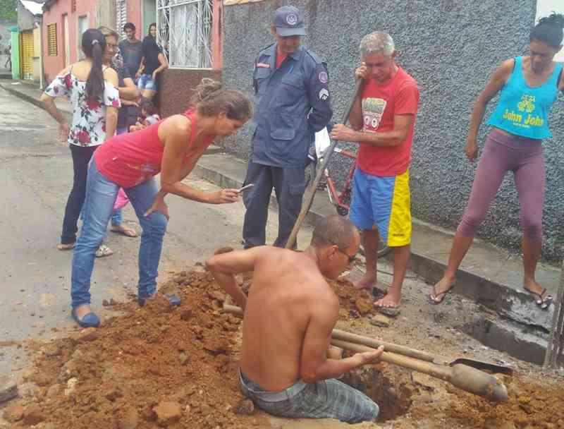 Moradores cavam buraco para salvar capivara desaparecida em tubulação em Três Corações, MG