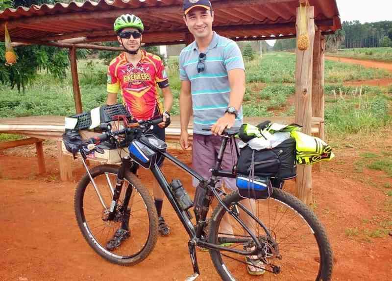 Ciclista leva cachorrinha em viagem de 300 km de bike para não deixá-la sozinha nas férias: 'Abandonar, jamais'