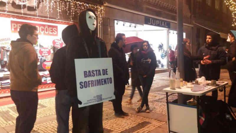Ativistas pró veganismo surpreendem bracarenses com o 'Down With Dairy', em Portugal