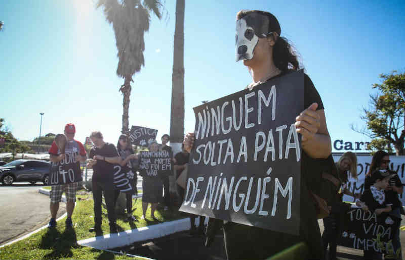 Grupo protesta contra morte de cão no Carrefour Dom Pedro em Campinas, SP