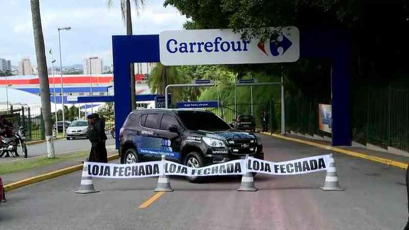 Ativistas fazem protesto em frente ao Carrefour de Osasco (SP) por morte de cão; loja não funcionou neste sábado