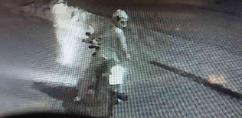 Moto-táxi é flagrado por câmeras matando gato propositalmente em Autazes, AM