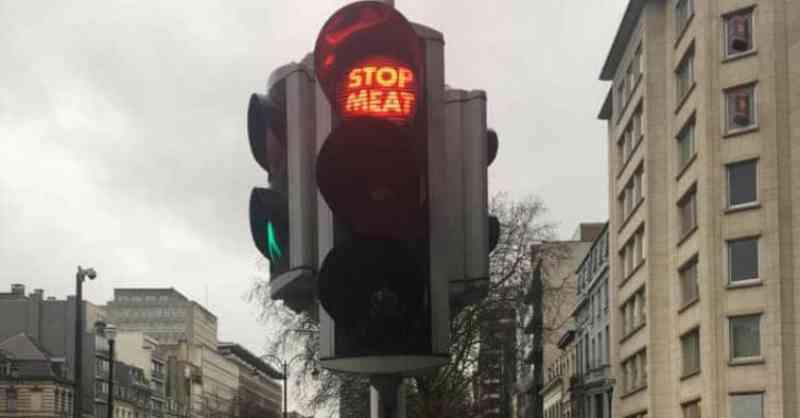 Alguns semáforos na Europa estão a pedir às pessoas para se tornarem vegans