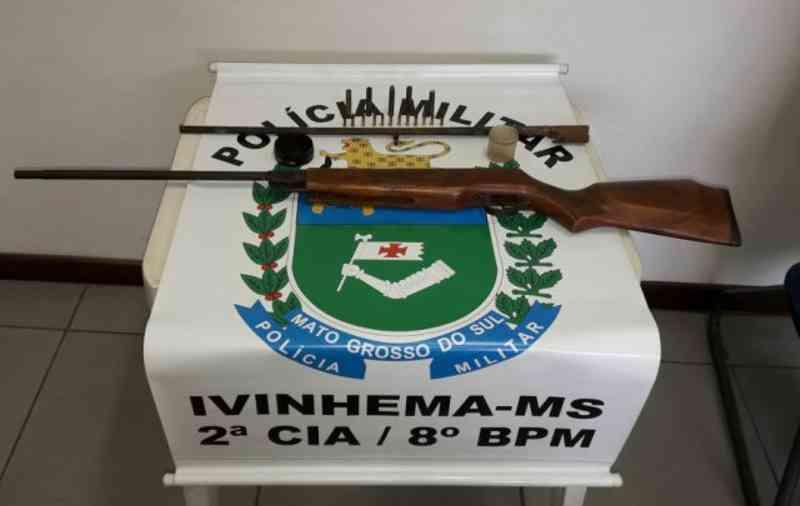 Homem é preso com arma de pressão modificada após atirar em cachorro em Ivinhema, MS