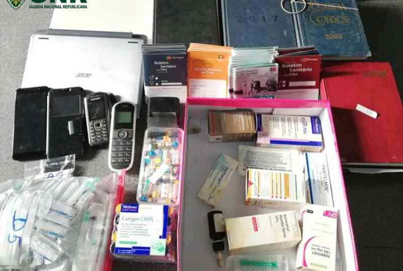 Material apreendido a falsos médicos veterinários - Foto: GNR