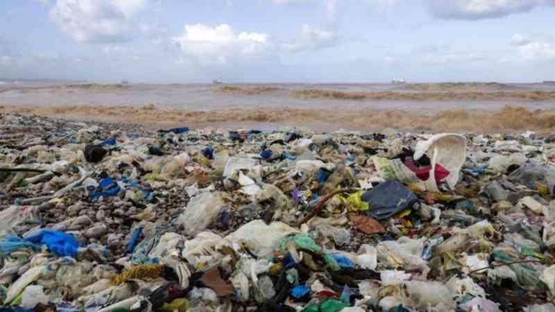 O LIXO PLÁSTICO FLUTUA PELOS OCEANOS, AMEAÇA A VIDA MARINHA E POLUI CADA VEZ MAIS AS PRAIAS (FOTO: GETTY IMAGES VIA BBC NEWS)