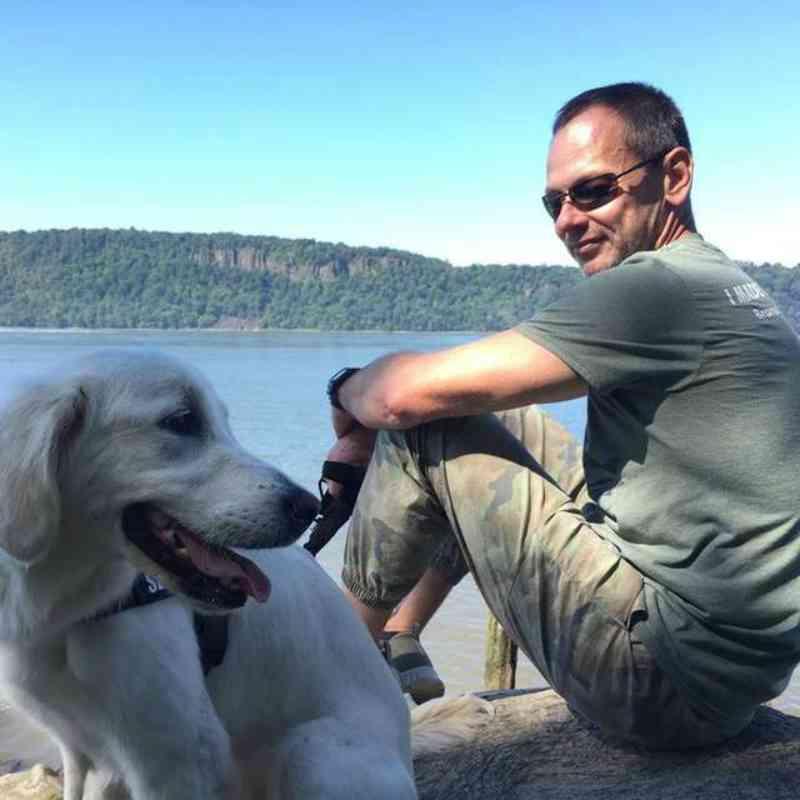 Homem e sua cadela pulam na água para salvar cães presos no gelo em um lago