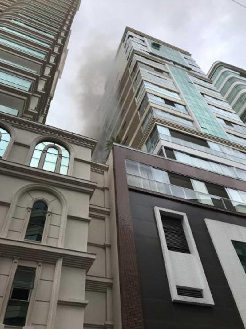 Bombeiros resgatam animais de apartamento em chamas, em Itapema, SC