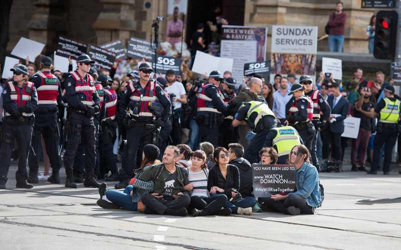 Talhos e matadouros foram invadidos por activistas. Primeiro-ministro australiano condena protestos e promete apoiar a indústria da carne na justiça. Meia centena de pessoas foram detidas.