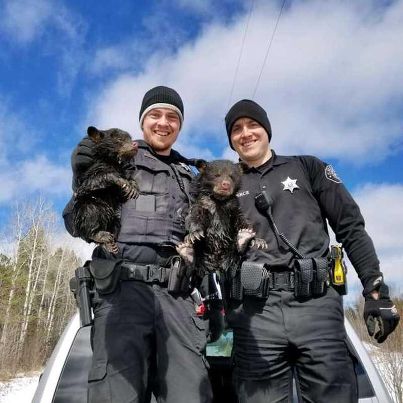 Policiais salvam os pequenos irmãos do interior de cavernas inundadas