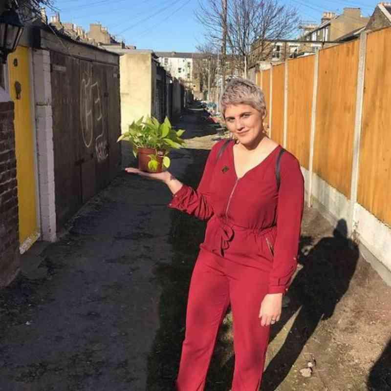 Mãe vegana lidera protesto contra o consumo de carne em supermercado inglês, no sábado de Páscoa