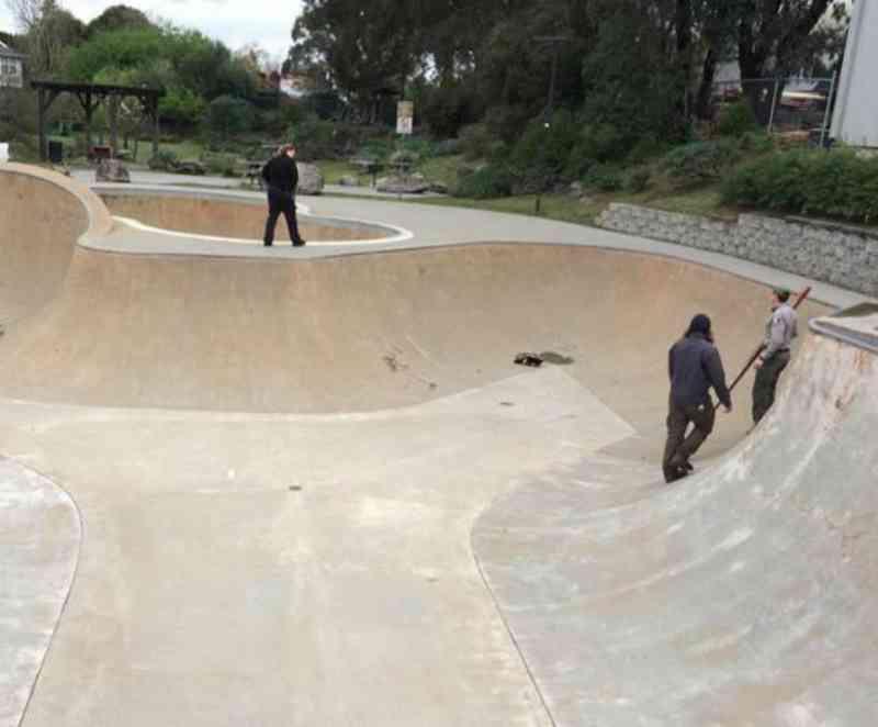 Policiais fazem a coisa mais legal para ajudar um gambá assustado preso em pista de skate