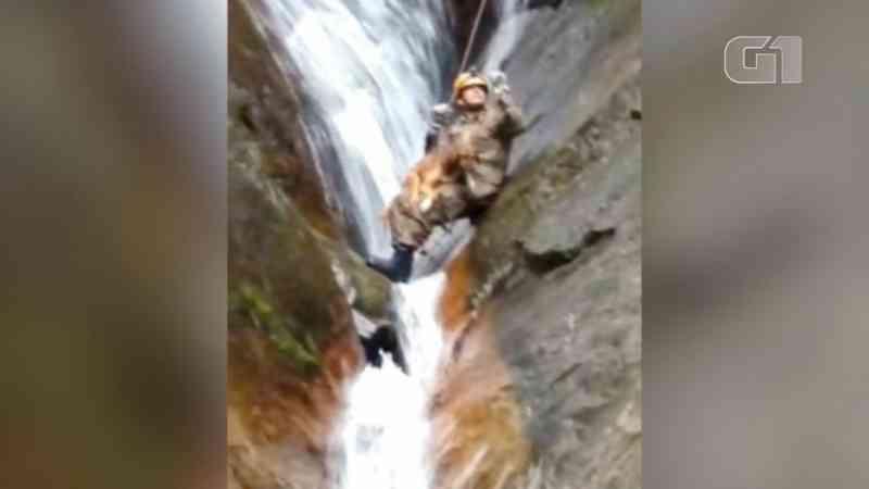 Bombeiros escalam 20 metros e fazem rapel para entrar em fenda e salvar cão preso em cachoeira no RJ; vídeo