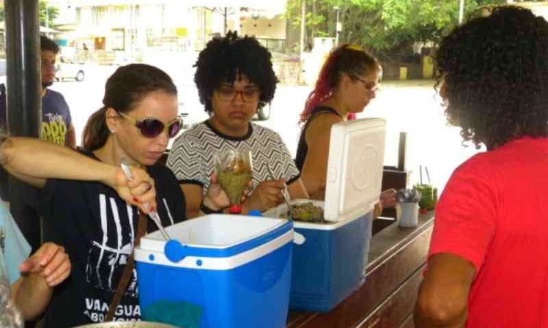 Em contraponto ao Rodeio de Porto Alegre (RS), ativistas distribuem comida vegana a moradores de rua