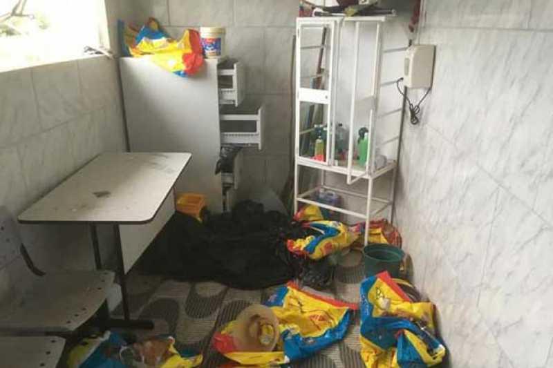 Canil foi arrombado e revirado pelos invasores, que furtaram pacotes de ração, medicamentos veterinários e produtos de limpeza - Foto: Divulgação