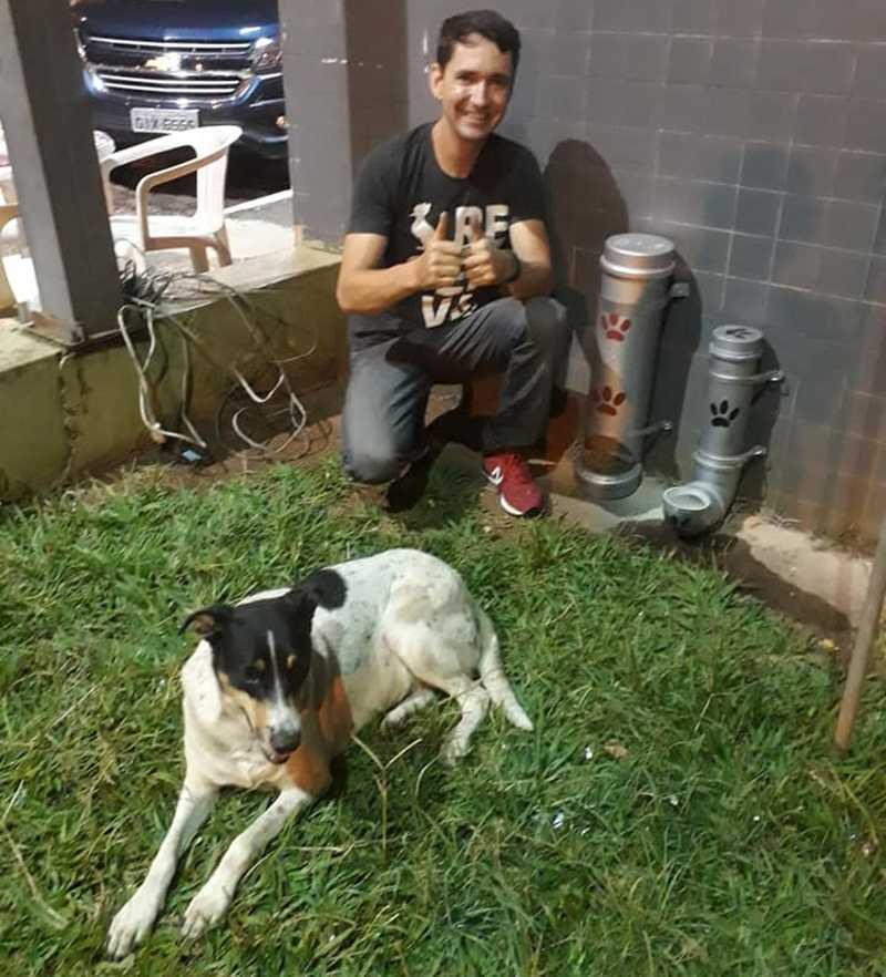 Agente socioeducativo transforma cano PVC em comedouros e bebedouros para cachorros de rua em Casa Branca — Foto: Arquivo Pessoal