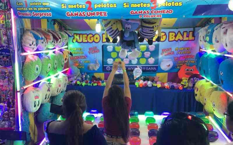Peixes em sacos e coelhos são dados como prêmio na  'Abril Tampico', no México