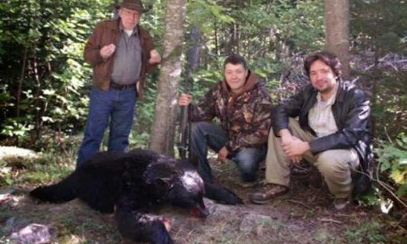 Ele gosta de caçar e fazer churrasco de ursos