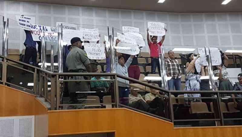 Sob protestos, vereadores mantêm veto a projeto que proíbe uso de transporte com tração animal em Goiânia, GO
