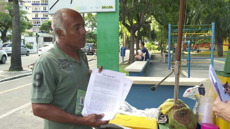O comerciante Eraldo da Silva faz abaixo-assinado para entregar ao poder público — Foto: Reprodução/TV Globo