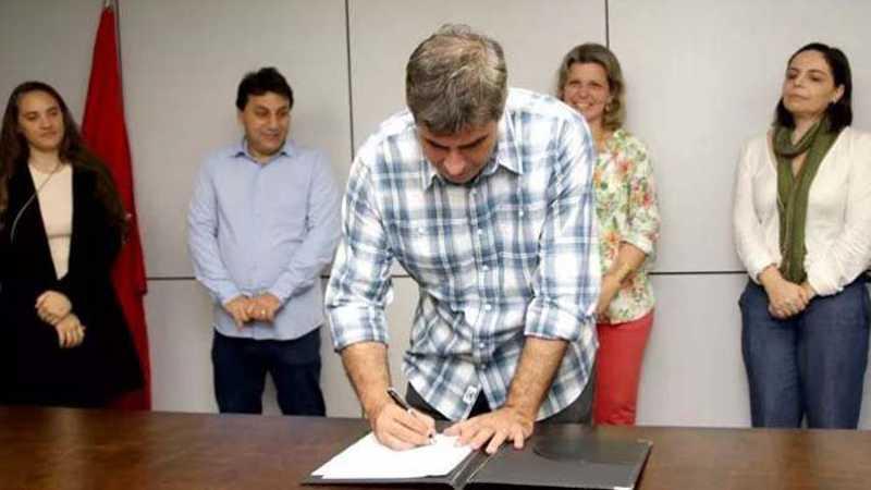 Prefeito sanciona leis em defesa e proteção dos animais em Londrina, PR