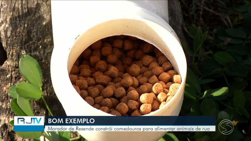 Um comedouro precisa apenas de um cano de PVC, parafusos e braçadeiras — Foto: Reprodução/TV Rio Sul
