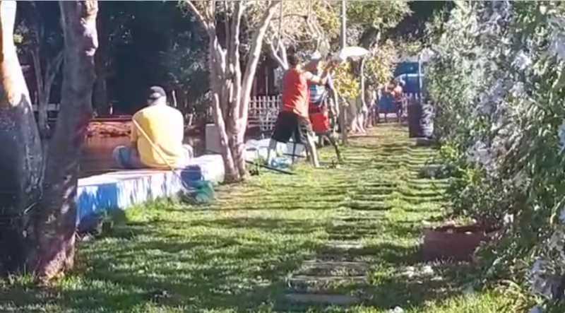 Momento em que homem devolve, com violência, pato ao lago municipal - Foto: Divulgação GCM