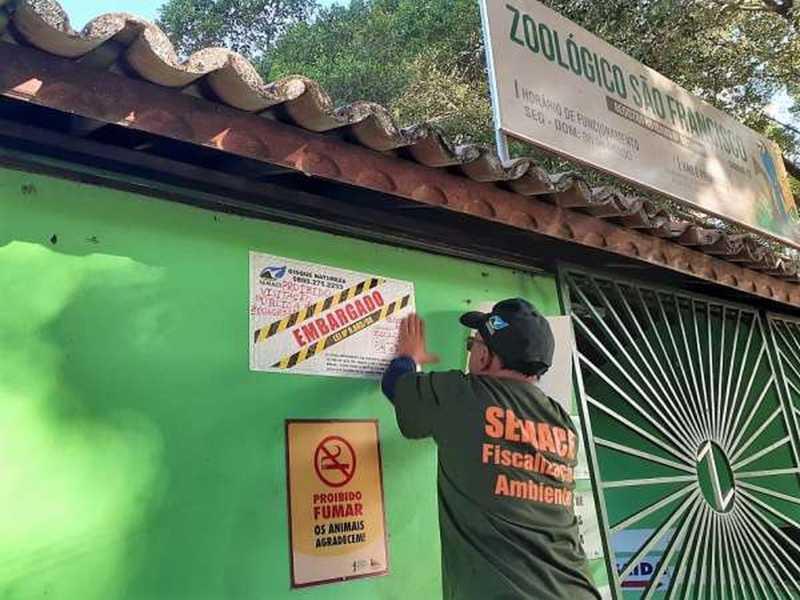 Fiscais colocam adesivo de indicação de embargo em fachada do zoológico — Foto: Divulgação/Semace