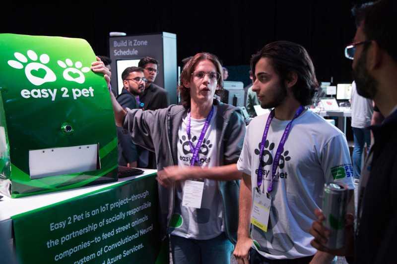 Davi, à esquerda, e Igor, à direita, apresentam projeto na maior feira tecnológica do mundo(Foto: Divulgação/Lucien.Knuteson)