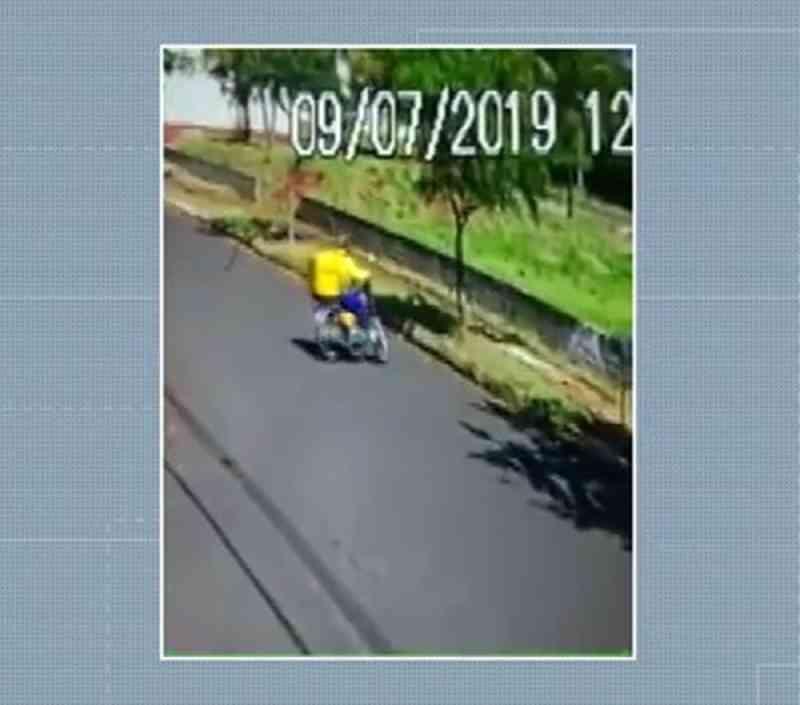 Carteiro persegue e atira pedra em cachorro em rua de Maringá, PR; VÍDEO