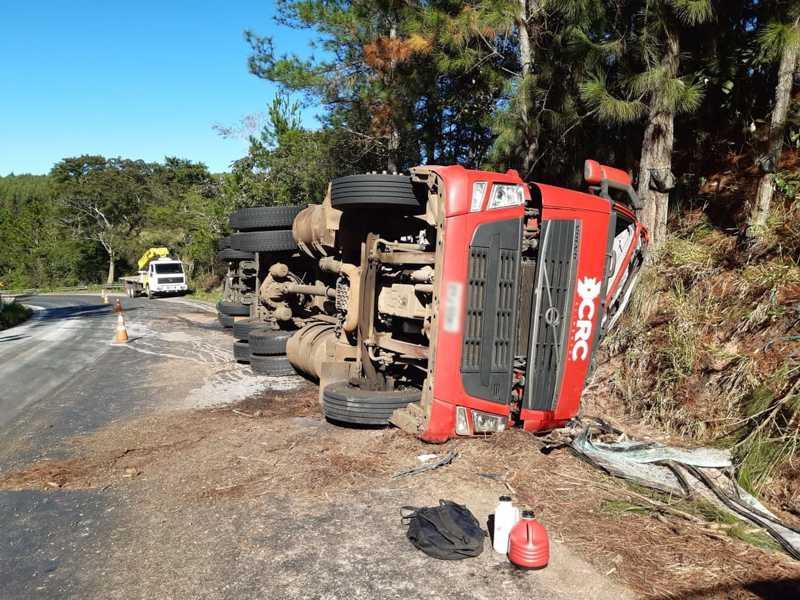 Carreta tombou em rodovia entre Campina do Monte Alegre (SP) e Buri (SP) — Foto: Arquivo Pessoal