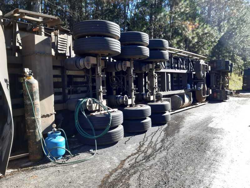 Carreta tombou em rodovia neste sábado (6) — Foto: Arquivo Pessoal