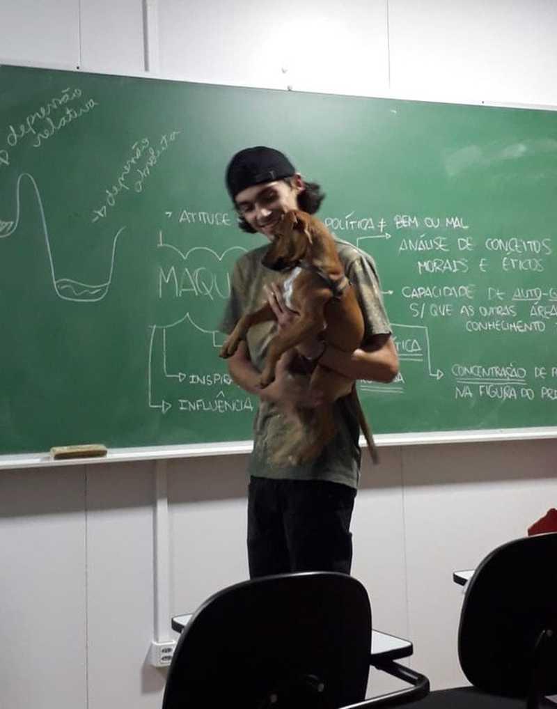 Professor viralizou na web após ser flagrado carregando cachorro enquanto dá aula — Foto: Arquivo Pessoal/Amanda Pessoa