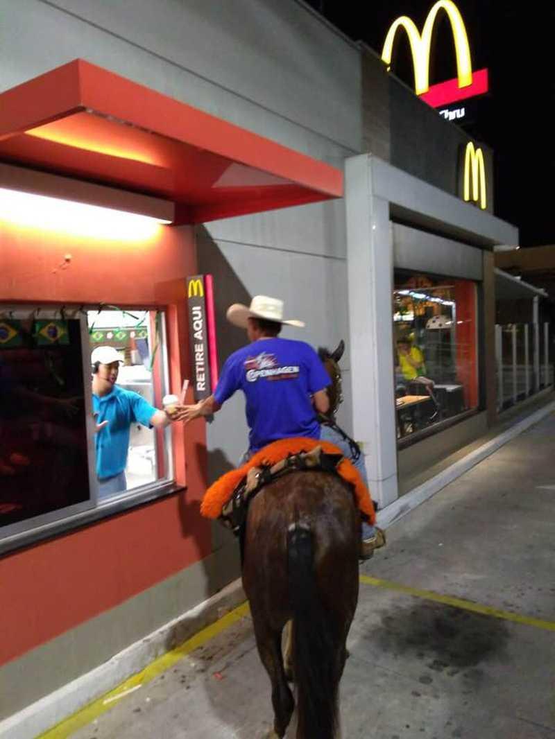 Jovem vai a cavalo em rede de fast food — Foto: Arquivo Pessoal/Eduardo Galvão