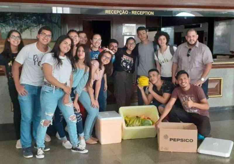 Universitários entregam doação para os animais do zoológico do Tropical Hotel