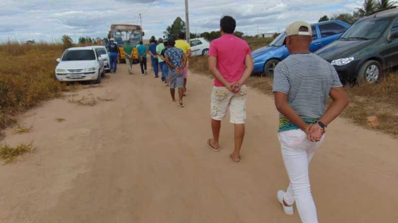 Polícia fecha rinha de galo e 150 pessoas são presas no oeste da Bahia