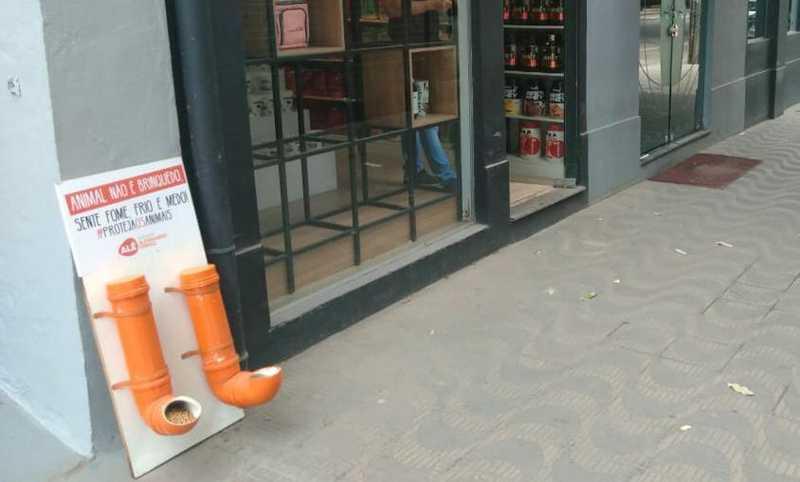 Estruturas contendo bebedouro e comedouro estão sendo instaladas em pontos estratégicos para atender os animais de rua. — Foto: Foto: Zana Ferreira/ G1 Vales