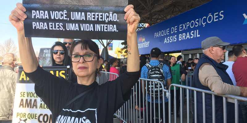 Ato reuniu cerca de 40 pessoas com cartazes em frente as bilheterias do Parque Assis Brasil | Foto: Jonathas Costa