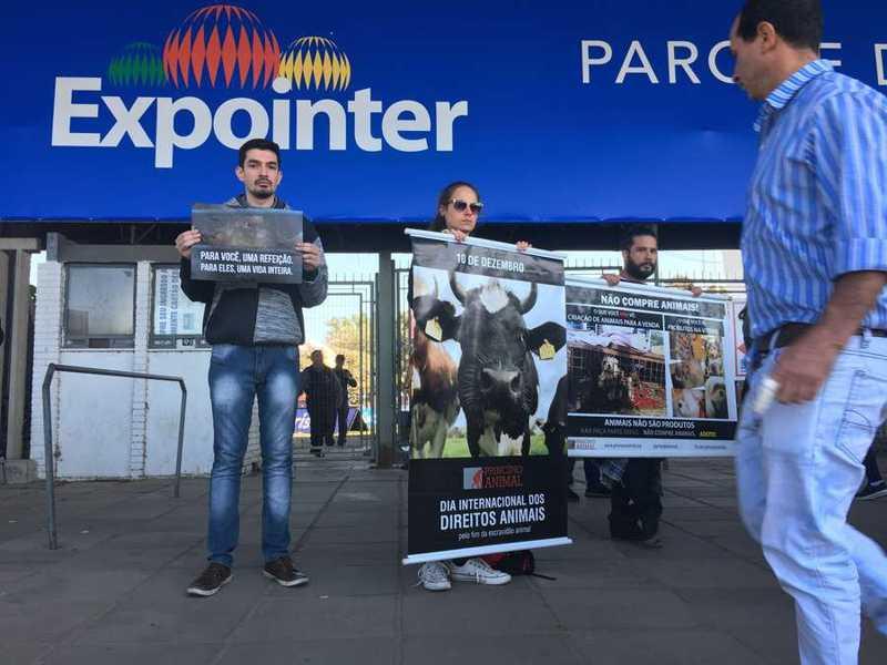 Com cartazes e em silêncio, grupo permaneceu em frente as bilheterias da Expointer durante a manhã desde domingo | Foto: Jonathas Costa