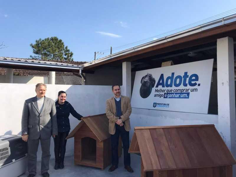 Promotor entrega doação para DIBEA – DIBEA-PMF/Divulgação/ND