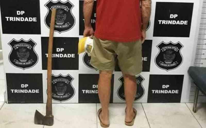 Homem mata cachorro com golpes de machado, em Trindade, GO