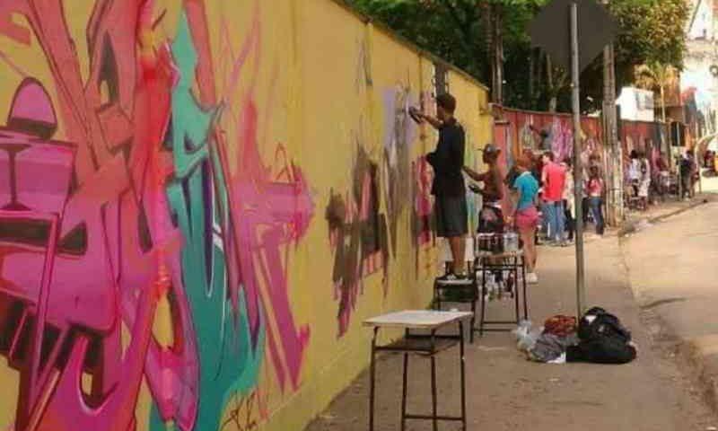 Ação promove a causa animal com grafites em muros da linha férrea em Juiz de Fora, MG