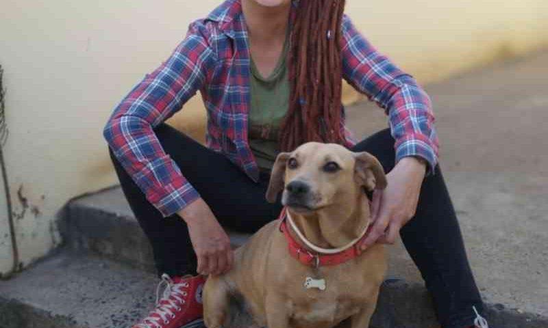 'Me fez olhar para a vida animal com outros olhos', diz tutora que adotou cadela com leishmaniose
